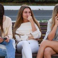 три девицы под окном... :: Александр Беляков