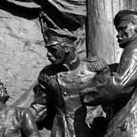 Фрагменты на памятнике П. С. Нахимова в Севастополе. :: Наталья Каракуца