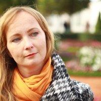 Красивая 37 летняя девушка в Петергофе :: Роман