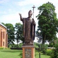 Памятник Иоанну Павлу II у костела Святого Апостола Андрея (Нарочь), установлен в 2008 г., Беларусь :: Tamara *