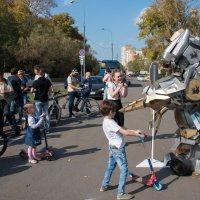 По улице роботы ходили... :: Владимир Безбородов