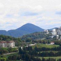 Вдали одна из достопримечательностей Сочи - гора Ахун :: Маргарита Батырева