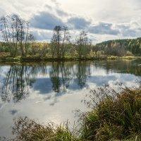 Приходит осень золотая, Течёт спокойная река. :: Сергей l