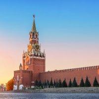 Спасская башня в первых лучах солнца :: Юлия Батурина