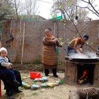 Всей семьёй готовим праздничный плов :: Юрий Крюков
