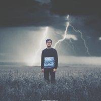 Парень в поле на фоне молнии и грозы :: Lenar Abdrakhmanov