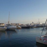 Вдоль причалов морского вокзала стоят разнообразные плавучие средства - яхты, катера... :: Маргарита Батырева