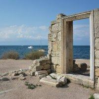 Стены древней базилики на фоне Черного моря :: Наталья Покацкая