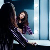 Красивая девушка в топике смотрит на себя в зеркало :: Lenar Abdrakhmanov
