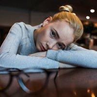 Девушка лежит на столе :: Lenar Abdrakhmanov