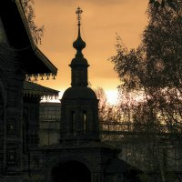 Надвратная часовня на фоне заката :: Юрий Велицкий