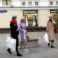 Иногда трудно понять - это магазины созданы для женщин или женщины для магазинов. :: Татьяна Помогалова