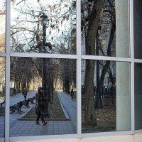 Чистопрудный бульвар в окне проёма. :: Татьяна Помогалова