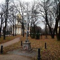 Мемориальный крест на месте уничтоженного в 1936 г. храма св. муч. Параскевы :: Елена Павлова (Смолова)