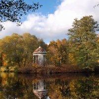 Быково. Осенний пруд с беседкой :: Сергей Никитин