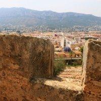 Окно из развалин замка,на старый город. :: Mila .