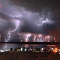 Вспышки ночных молний над рекой Волга :: Павел Сытилин