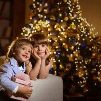 Брат с сестрой у елочки :: Павел Прозоров