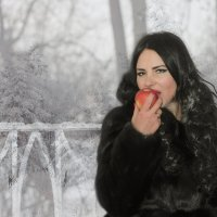 Девушка с яблоком. :: Анжелика Маркиза