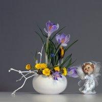Апрельский натюрморт с крокусами и мать-и-мачехой. :: Olenka