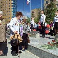 Блокадники у обелиска :: Марина Кушнарева