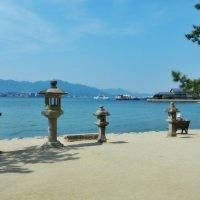 Каменные фонари Торо острова  Миядзима  Япония :: Swetlana V