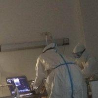 Медсестры ночью делают ЭКГ пациенту :: Марина Кушнарева