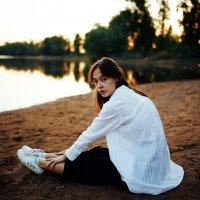Девушка в белой рубашке и черных брюках сидит на песчаном берегу реки во время заката в Уфе :: Lenar Abdrakhmanov