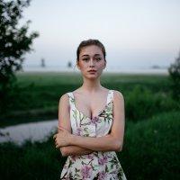 Портрет милой девушки в белом платье с цветами на рассвете на фоне реки и тумана :: Lenar Abdrakhmanov