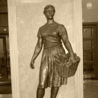 Девушка с корзиной :: Дмитрий Никитин