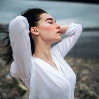Волосы девушки развеваются во время сильного ветра на берегу реки в Башкортостане :: Lenar Abdrakhmanov