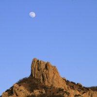 Луна над скалами Кара-Дага. :: Геннадий Валеев
