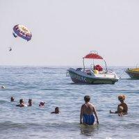 А люди уходят в море, уплывают в море, улетают в море :: Александр Рябчиков