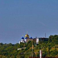 на фоне Свято-Успенского патриаршиего мужского монастыря :: Александр Корчемный