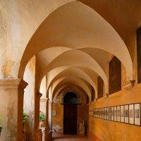Внутр дворик ,итальянские патио ведут в монастырские кельи :: Гала