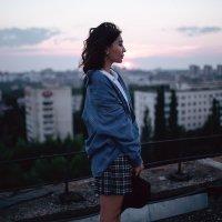 Девушка в шляпе и джинсовой куртке стоит на крыше на фоне вечерней Уфы :: Lenar Abdrakhmanov