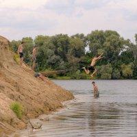 мальчишичьи забавы летом... :: Геннадий Титоренко
