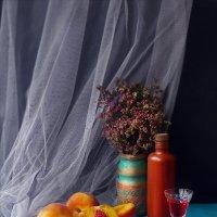 Натюрморт с персиками :: Елена Макарова
