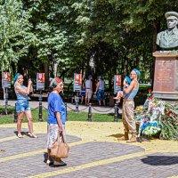 У памятника Маргелову В.Ф. :: Юрий Яловенко