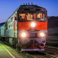 Тепловоз ТЭП-70 с пассажирским поездом на станции Ухта (ж/д неэлектрифицирована) :: Николай Зиновьев