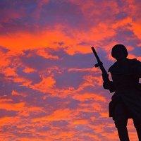 Великие Луки, фрагмент памятника Александру Матросову, 1 сентября 2020... :: Владимир Павлов