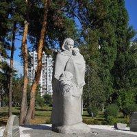 Памятник Матери-вдове в киевском парке «Победа» :: Тамара Бедай
