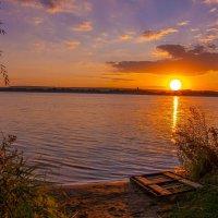 Закат над озером склонился, в  воде зеркальной отразился... :: Виктор Малород