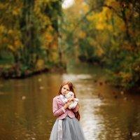 Карина в осеннем парке :: Валерий Фролов