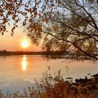 Осеннее солнце взошло над Волгой :: Татьяна Каневская