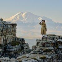 На фоне Эльбруса :: Дмитрий Сарманов