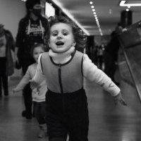 Маленькие побегушки в ТРЦ, ветер в волосах :: Светлана Былинович