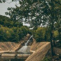 Искусственный водопад на заброшенном горнообогатительном комбинате :: Алексей Спиченко