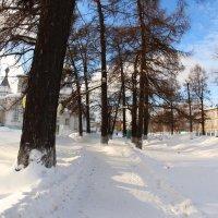 Рядом с храмом... :: Александр Широнин