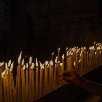 Ставящая свечу. :: Сергей Фомичев